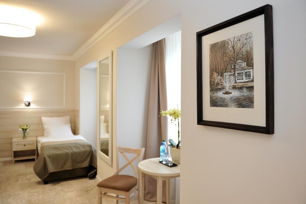 W Starych Łazienkach gościom oddajemy do dyspozycji 46 miejsc noclegowych, w nowoczesnych i komfortowych pokojach, których aranżacja nawiązuje do stylu budynku.